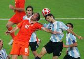 图文:阿根廷足球晋级四强 马丁・帕雷哈争顶中