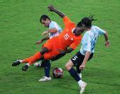 图文:阿根廷足球晋级四强 德伦特防守时摔倒