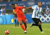 图文:阿根廷足球晋级四强 德古茨曼边路突破中