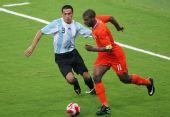 图文:阿根廷足球晋级四强 巴贝尔积极的拼抢