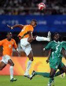 图文:足球尼日利亚晋级四强 科特迪瓦卡卢踢球