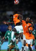 图文:足球尼日利亚晋级四强 科内与对手争顶
