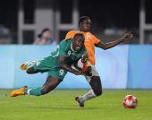 图文:足球尼日利亚晋级四强 恩索福尔与对手抢