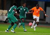 图文:足球尼日利亚晋级四强 阿德费米带球突破