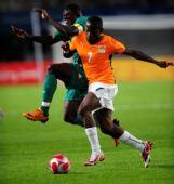 图文:足球尼日利亚晋级四强 库利巴利对手拼抢