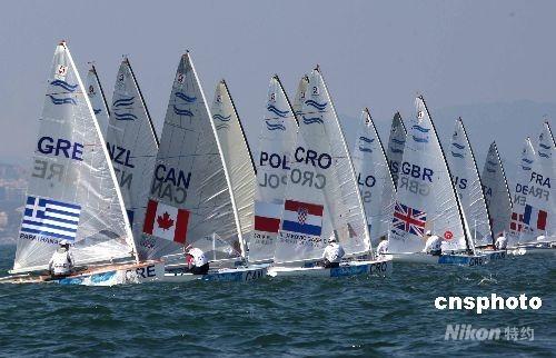 青岛奥帆赛:北京2008奥运帆船、帆板比赛8月16日在青岛分赛场进入第一天的奖牌轮较量,重量级艇-芬兰人级比赛原定于13时开始的比赛,由于风力的原因,推迟到14时25分出发,选手们进行最后争夺。 中新社发 赵振清 摄