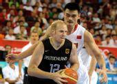 图文:篮球进八强姚明功不可没 防守对方的卡曼