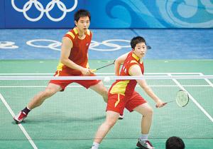 8月16日,中国选手于洋(前)/何汉斌在比赛中