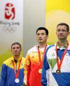 图文:男子50米步枪三姿颁奖 奏响中国国歌