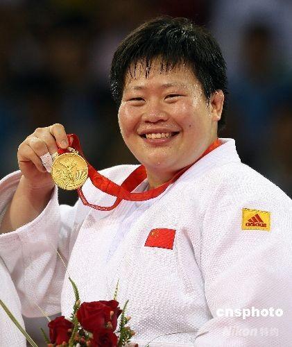 8月15日,在刚刚结束的奥运女子78公斤级决赛中,中国选手佟文后来居上,逆转击败卫冕冠军、日本选手塚田真希,夺得中国代表团第24枚金牌。 中新社发 盛佳鹏 摄