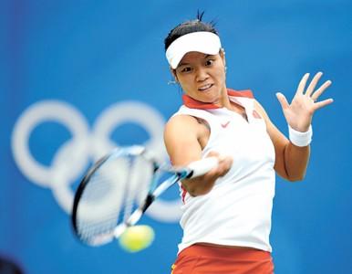 8月16日,李娜在比赛中回球。 新华社现场图片