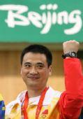 图文:男子50米步枪三姿颁奖 中国邱健面露笑容