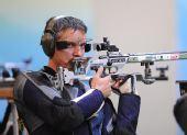 图文:男子50米步枪三姿颁奖 苏霍鲁科夫比赛中