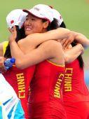 图文:赛艇女子四人双桨中国队夺金 喜极而泣