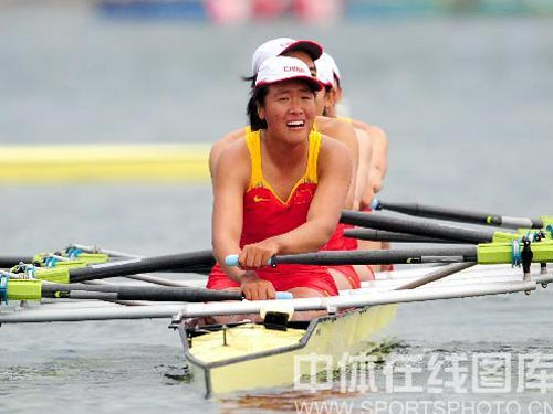 图文:赛艇女子四人双桨中国队夺金 整齐划一