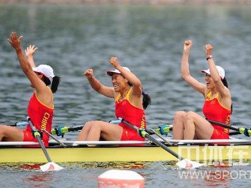 图文:赛艇女子四人双桨中国队夺金 欢庆胜利