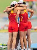 图文:赛艇女子四人双桨中国队夺金 紧紧拥抱