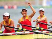图文:赛艇女子四人双桨中国队夺金 胜利的姿态