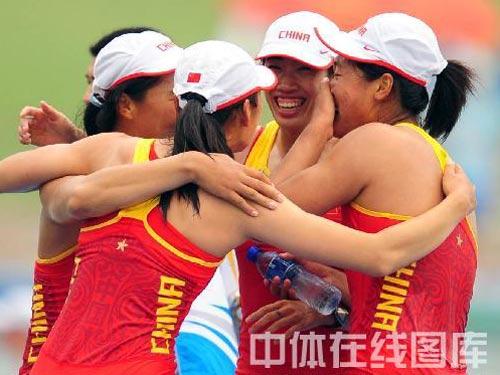 图文:赛艇女子四人双桨中国队夺金 胜利的笑容