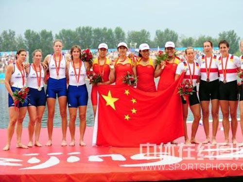 图文:赛艇女子四人双桨中国队夺金 集体合影