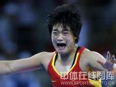 图文:自由式摔跤72公斤级王娇夺冠 喜极而泣