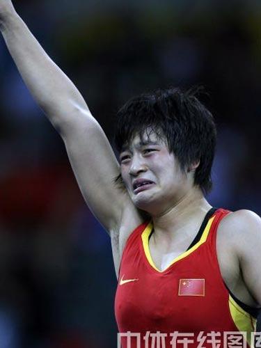 图文:自由式摔跤72公斤级王娇夺冠 庆祝胜利