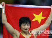图文:自由式摔跤72公斤级王娇夺冠 笑容娇憨