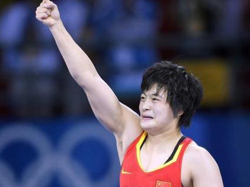 图文:自由式摔跤72公斤级王娇夺冠 胜利之拳