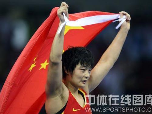 图文:自由式摔跤72公斤级王娇夺冠 身披国旗