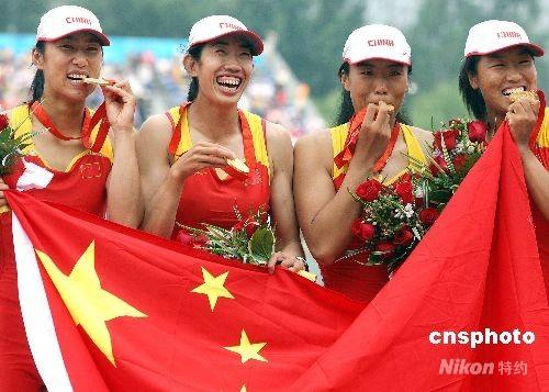 8月17日下午,中国组合唐宾、金紫薇、奚爱华、张杨杨在北京奥运会赛艇女子四人双桨决赛中以6分15秒95的成绩超越英国、德国等世界名将获得冠军。 中新社发 任晨鸣 摄
