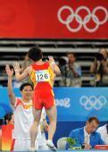 图文:中国邹凯男子自由操夺冠 和教练击掌庆祝