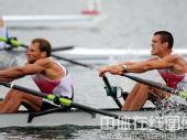 图文:赛艇轻量级双人双桨英国夺金 咬牙力拼