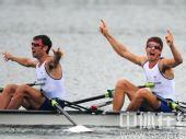 图文:赛艇轻量级双人双桨英国夺金 庆祝胜利