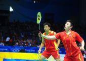 图文:奥运混双何汉斌/于洋摘铜 于洋小心回球