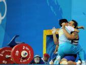 图文:男举94公斤级决赛 教练热烈拥抱伊利英
