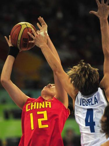 图文:女篮预赛B组中国队半场领先 突破防守