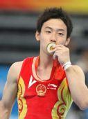 图文:男子自由体操小将邹凯夺冠 亲吻金牌