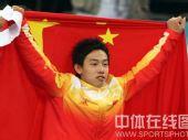 图文:男子自由体操小将邹凯夺冠 身披火炬