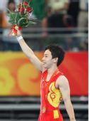 图文:男子自由体操小将邹凯夺冠 高举鲜花