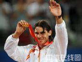 图文:网球男单决赛纳达尔夺金 展示奖牌