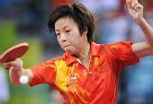 图文:女团中国队摘金 张怡宁在比赛中