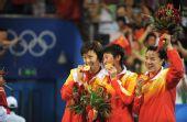图文:中国女团夺冠 展示金牌