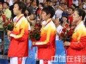 图文:乒乓球女团赛中国队荣获金牌 面向国旗