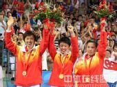 图文:乒乓球女团赛中国队荣获金牌 高举鲜花