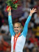 图文:奥运女子自由体操决赛 领奖台上很羞涩