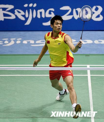 8月17日,中国选手林丹在比赛中。当日,在北京奥运会羽毛球男子单打决赛中,中国选手林丹以2比0战胜马来西亚选手李宗伟,夺得金牌。新华社记者罗晓光摄