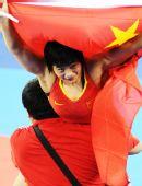 图文:女子自由摔跤72KG决赛王娇夺金 绕场一周