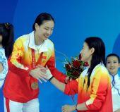 图文:女子3米跳板颁奖 相互祝贺