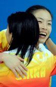 图文:女子3米跳板颁奖 拥抱庆祝