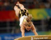 图文:女子跳马决赛 瑞士选手